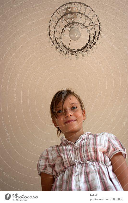 Rapunzel, laß deine Krone(leuchte) hinunter. Mensch feminin Kind Mädchen Kindheit Körper Gesicht Freude Glück Fröhlichkeit Zufriedenheit Lebensfreude Lampe