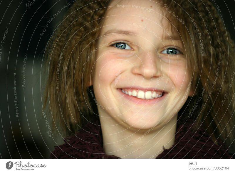 Portrait eines fröhlichen, glücklichen, hübschen Mädchens. Kindererziehung Schule Schulkind Schüler feminin Kindheit lachen authentisch lustig natürlich schwarz