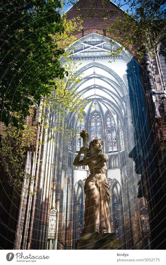 St. Martin Dom in Utrecht, Statue vor Installation feminin Frau Erwachsene 1 Mensch Kunst Installationen Schönes Wetter Baum Sehenswürdigkeit Denkmal Fackel