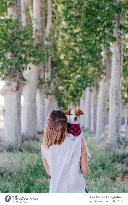 junge schöne Frau, die ihren süßen kleinen Hund auf der Schulter hält. Lifestyle harmonisch Freizeit & Hobby Ferien & Urlaub & Reisen Sommer feminin Junge Frau