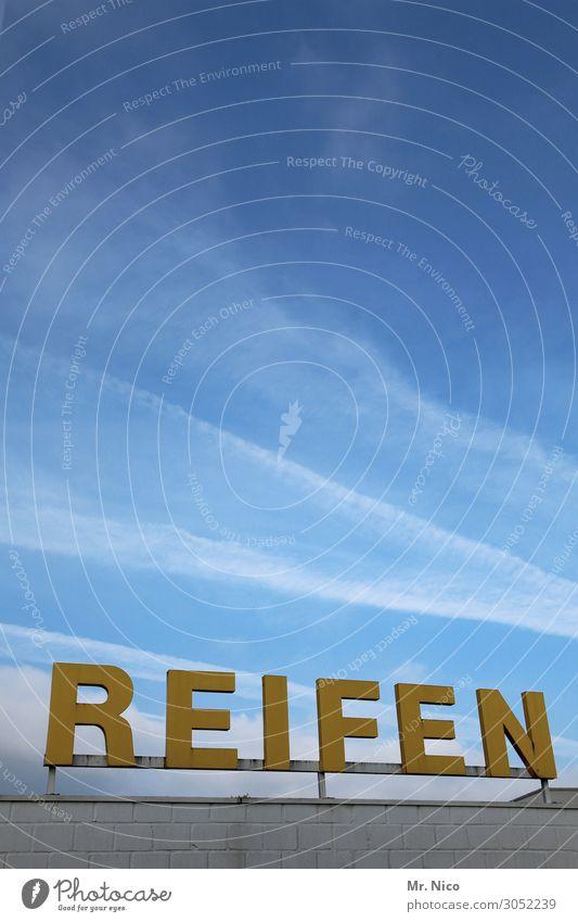 On the road again | Boxenstop Himmel Wolken Schönes Wetter blau gelb Werkstatt Reifen Reifenpanne Autowerkstatt Werbeschild Zeichen Buchstaben Boxenstopp