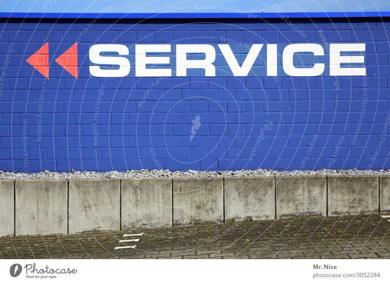 Service gefällig ? Stadt Industrieanlage Gebäude Mauer Wand Fassade Wege & Pfade blau rot weiß Betonplatte Dienstleistungsgewerbe Schilder & Markierungen