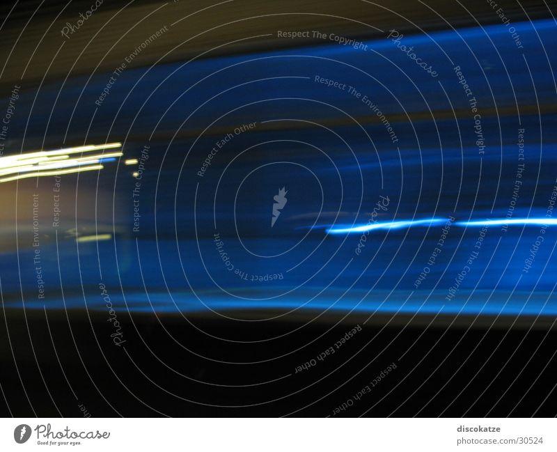 Blaues Licht in der Nacht Langzeitbelichtung blau Bewegung Beleuchtung