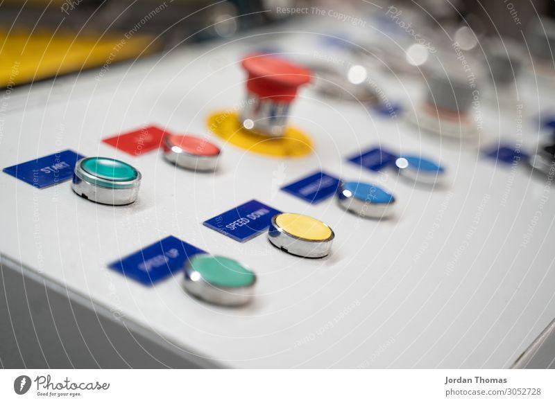 Starttaste auf der Industriemaschine Start-Schaltfläche Maschine Knöpfe Druckmaschine Bedienfeld Stopptaste Notfall Schalter Technik & Technologie