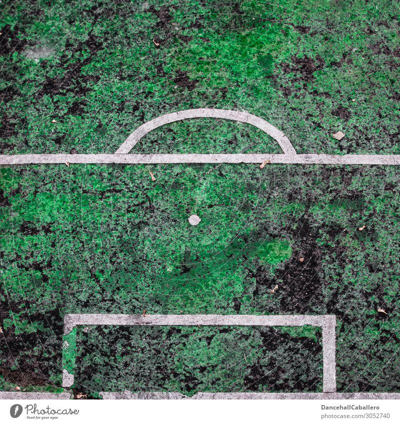 Elfmeter... Sport Sportstätten Fußballplatz alt eckig kaputt grün weiß Punkt Sportrasen Asphalt Bundesliga DFB Abseits Tor Vogelperspektive Sportmannschaft