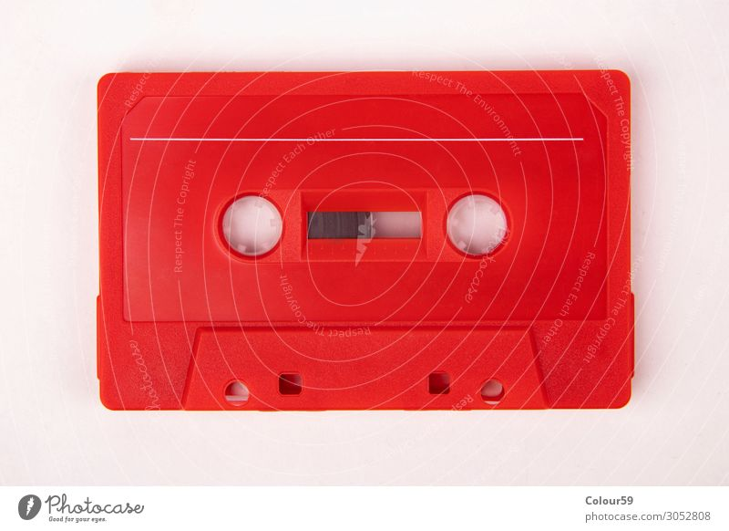 Rote Musikkassette Lifestyle Kunststoff retro rot Nostalgie Audio altehrwürdig 80s blank analogue dance isolated eighties Disco Hintergrundbild label recording