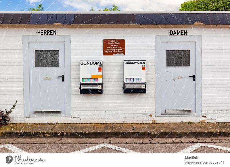 Toilettenhäuschen Süßwaren Bauwerk Gebäude skurril urinieren Automat Damentoilette Herrentoilette Kondom Rastplatz Fassade Farbfoto Außenaufnahme Menschenleer