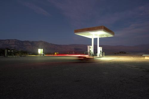 tankstelle Umwelt Natur Landschaft Nachthimmel Bauwerk Gebäude Architektur Verkehr Verkehrswege Straßenverkehr Autofahren Fahrzeug PKW leuchten Tankstelle Wüste