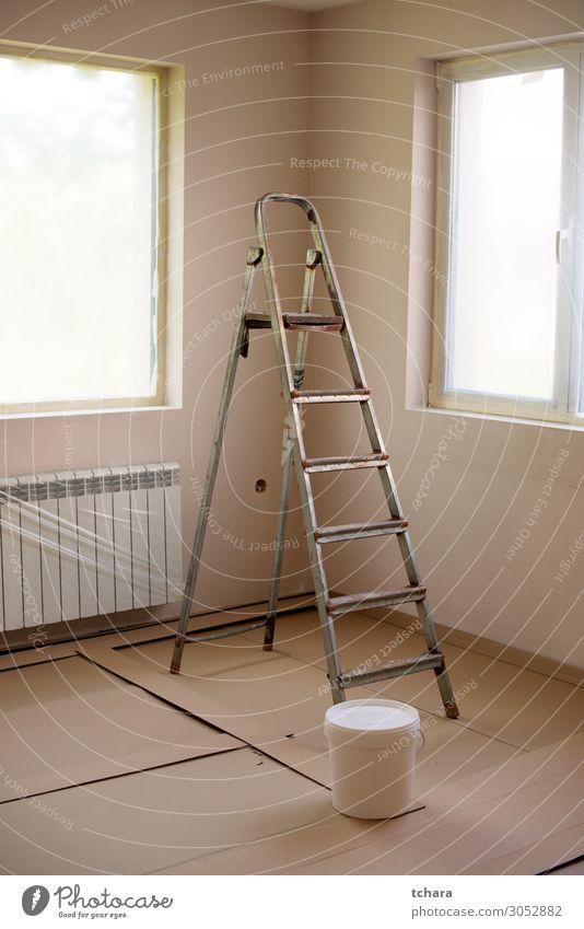 Lackierung von Wänden im Raum mit Leiter während der Renovierung Design Wohnung Haus Dekoration & Verzierung Tapete Arbeit & Erwerbstätigkeit Werkzeug