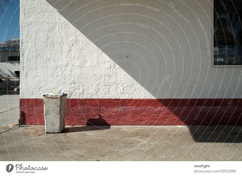 ecke Dorf Haus Bauwerk Gebäude Architektur Mauer Wand trist Müllbehälter Fass Dreieck Fassade Farbfoto Außenaufnahme Textfreiraum unten Licht Schatten