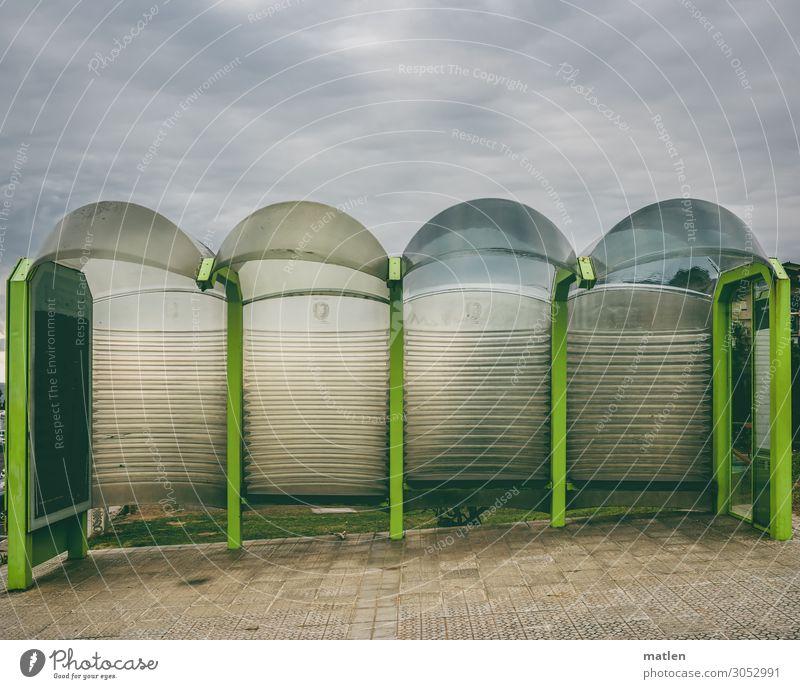 Bushaltestelle am Berge Gewitterwolken schlechtes Wetter Stadt Menschenleer Tunnel Verkehr Öffentlicher Personennahverkehr Busfahren Straße modern braun grau