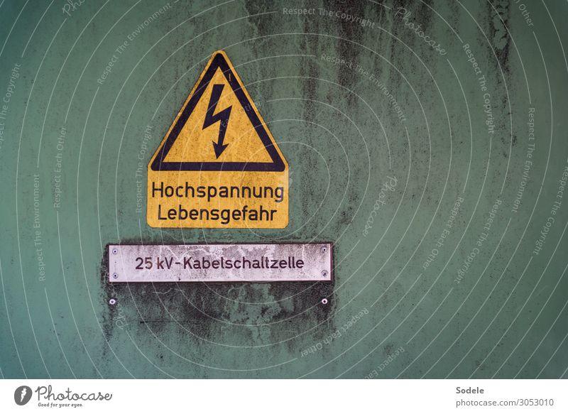 Warnhinweis auf lebensgefährliche Hochspannung abdeckung beschriftung buchstaben hochspannung kabelschaltzelle lebensgefahr schaltkasten symbol verschmutzt