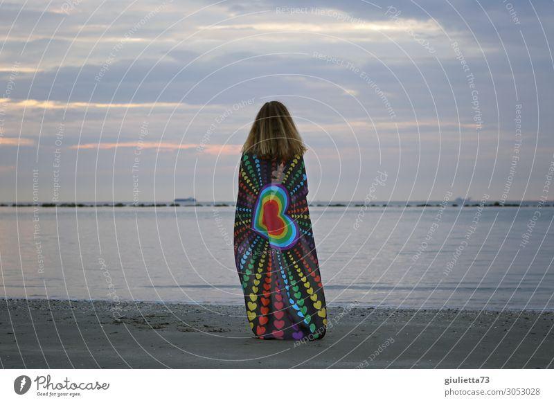 Love knows no limits feminin Junge Frau Jugendliche Leben 1 Mensch 13-18 Jahre Sommer Küste Meer Fahne Blick gleich Hoffnung Identität einzigartig Liebe