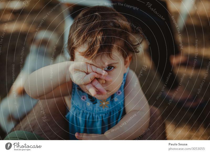 Kleines Mädchen bedeckt das Auge mit der Hand Lifestyle Mensch Kind Baby Kleinkind 1 1-3 Jahre beobachten Kommunizieren Blick Fröhlichkeit hässlich lustig