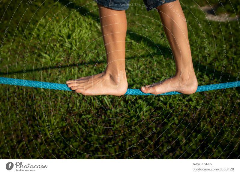 Balancieren sportlich Fitness Leben Freizeit & Hobby Sommer Sport Sport-Training Kind Beine Fuß gebrauchen berühren Bewegung gehen frei Genauigkeit Wege & Pfade