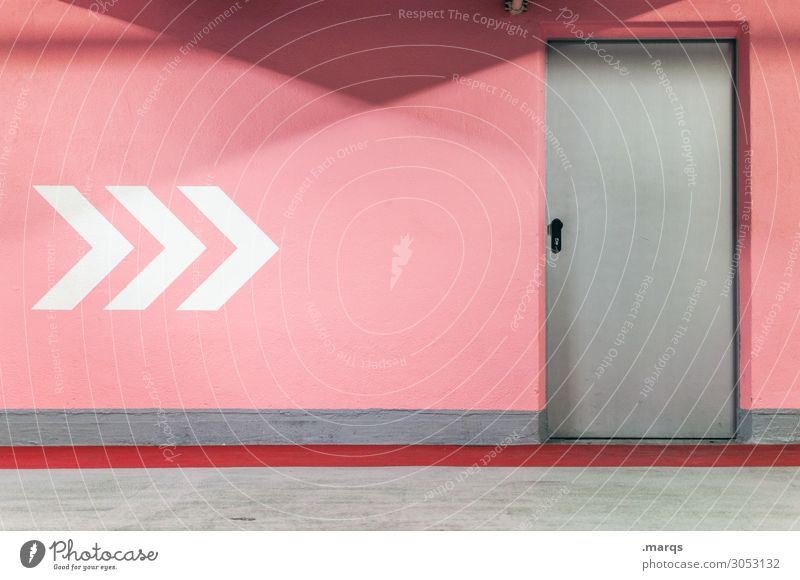 Exit Mauer Wand Tür Pfeil grau rosa weiß Farbe Ausgang Fluchtweg flüchten Farbfoto Innenaufnahme Menschenleer Textfreiraum oben Textfreiraum unten