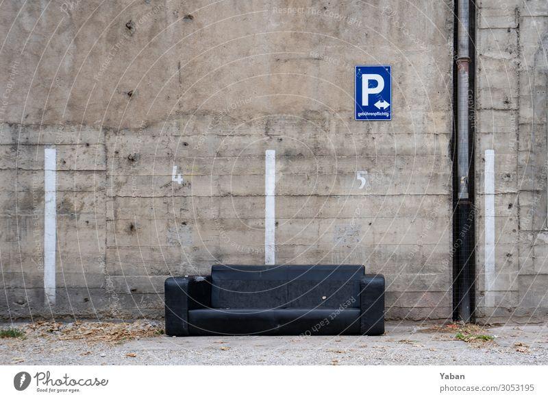 Ausgeparkt Feierabend Häusliches Leben alt Stadt grau schwarz Verfall Sofa Sperrmüll verschwenden Parkplatz Betonwand Farbfoto Außenaufnahme