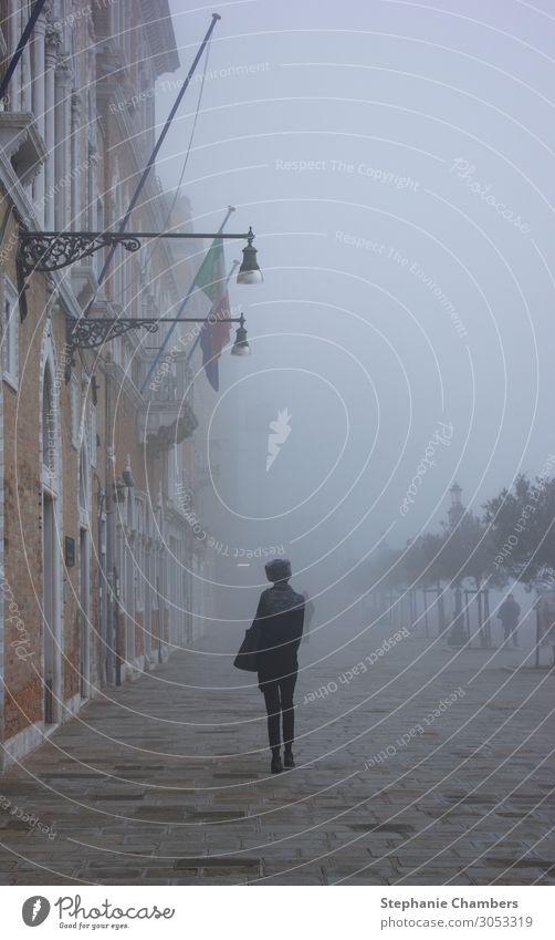 Frau beim Spaziergang durch Venedig 1 Mensch Fernweh Italien wandern Einsamkeit neblig geheimnisvoll atmosphärisch Farbfoto Außenaufnahme Tag Wegsehen
