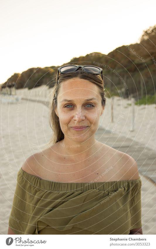 Frau am Strand feminin 1 Mensch schön hübsch goldene Stunde Sand blaue Augen Bräune Sommer Wärme Sonnenbrille Glück Farbfoto Außenaufnahme Abend Sonnenaufgang