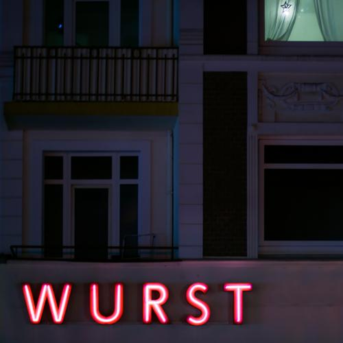 hier riecht's doch nach ... Blut wurst fassade buchstaben leuchtschrift nachts haus urban werbung fleich nahrungsmittel ernährung laden geschäft handel