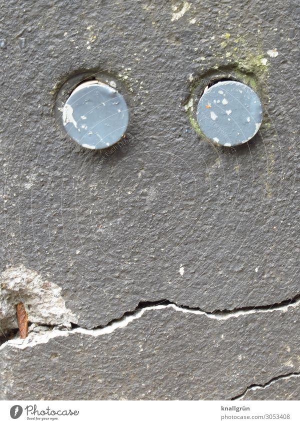 Vom Leben gezeichnet Mauer Wand Blick dreckig kaputt Stadt grau Gefühle Senior Verfall Zeit Gesichtsausdruck verfallen Farbfoto Außenaufnahme Textfreiraum unten