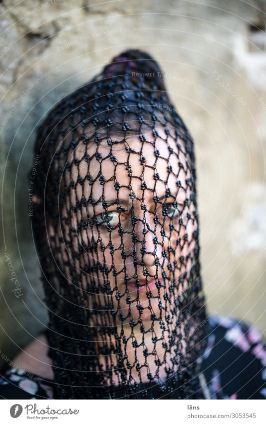 geheimnisvolle Frau l AST10 Mensch feminin Erwachsene Leben Gesicht 45-60 Jahre Accessoire Netz beobachten entdecken Blick außergewöhnlich Neugier Vorfreude