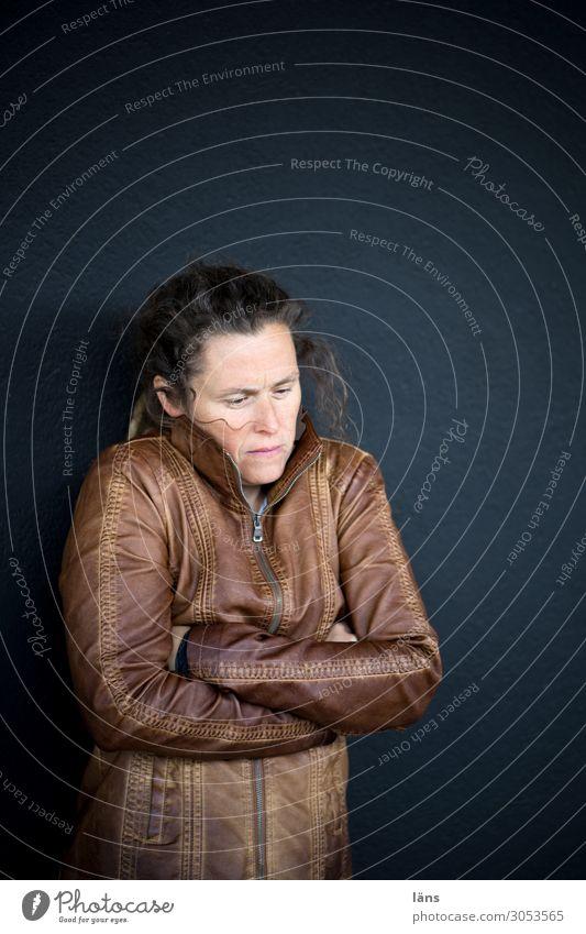 in sich gekehrte Frau l AST10 Mensch feminin Leben 30-45 Jahre Erwachsene Mauer Wand Blick stehen authentisch Verschwiegenheit Selbstbeherrschung Traurigkeit