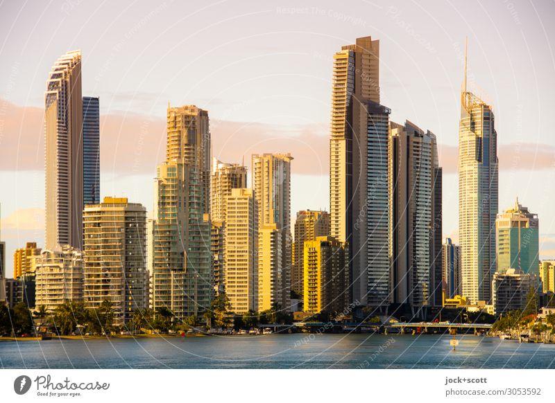 Gold Coast Effect Himmel Stadt Meer Wolken Ferne Wärme gelb Umwelt Küste Stil Gebäude Fassade Stimmung modern Hochhaus Wachstum