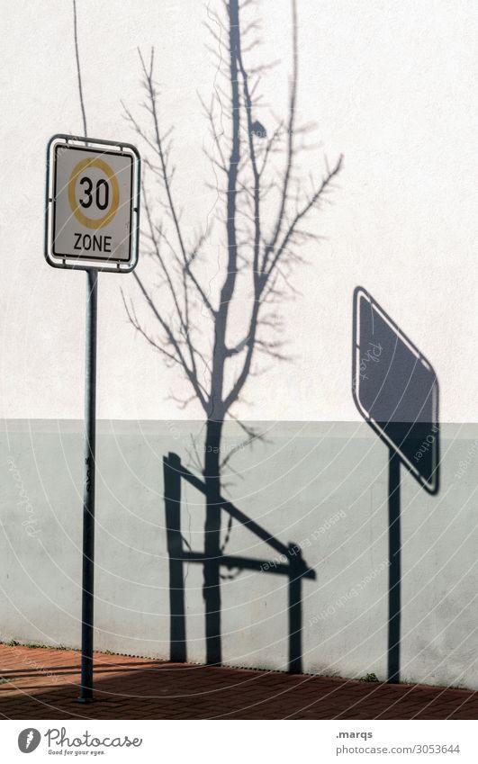 Zone 30 Herbst Baum Mauer Wand Verkehr Verkehrswege Verkehrszeichen Verkehrsschild 30er Zone Stimmung Ordnung Schlagschatten Farbfoto Außenaufnahme Menschenleer