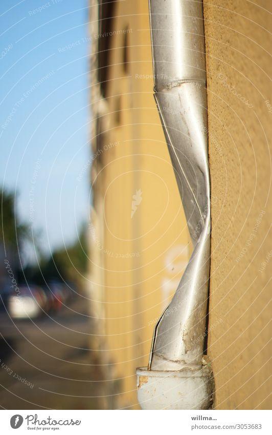 schlankheitswahn kaputt Regenrohr Fallrohr Aluminium Zink Knick Beule Regenrinne Magersucht Wand Farbfoto Außenaufnahme