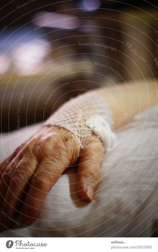hand einer senioren auf dem krankenbett Hand Patient Krankenhaus Behandlung Krankheit Gesundheitswesen Weiblicher Senior Seniorenpflege Krankenpflege Verband