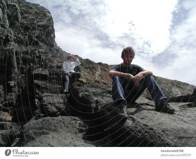 gery an der felsküste Mensch Mann Ferien & Urlaub & Reisen Küste Felsen sitzen Jeanshose T-Shirt Portugal