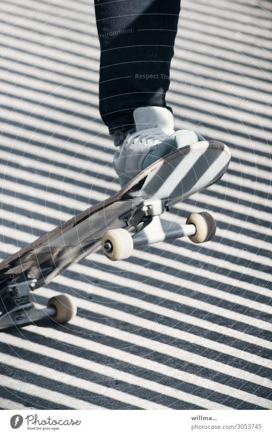 ganz schön schräg | ... in chemnitz Skateboarding skaten Wheel Rollen Fuß Turnschuh Schatten diagonal Streifen Außenaufnahme Nahaufnahme