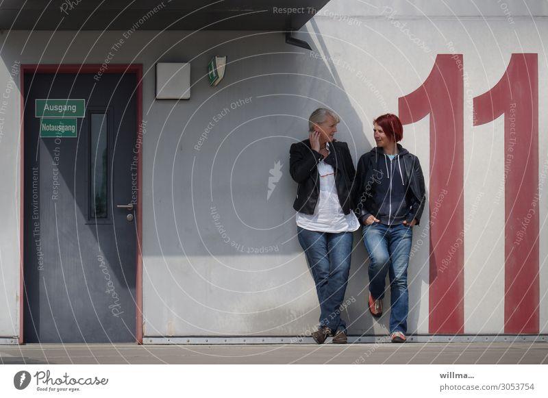 DER ELFERRAT Mensch Jugendliche Junge Frau ruhig sprechen Freundschaft Kommunizieren blond stehen Pause Ziffern & Zahlen Weiblicher Senior Mutter rothaarig