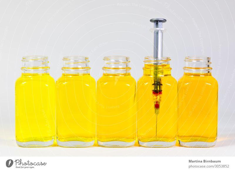 Flaschen mit gelbem Serum und einer Injektionsnadel, Spritze Frucht Diät Saft Medikament Wissenschaften Labor Industrie alt Flüssigkeit frisch lecker natürlich