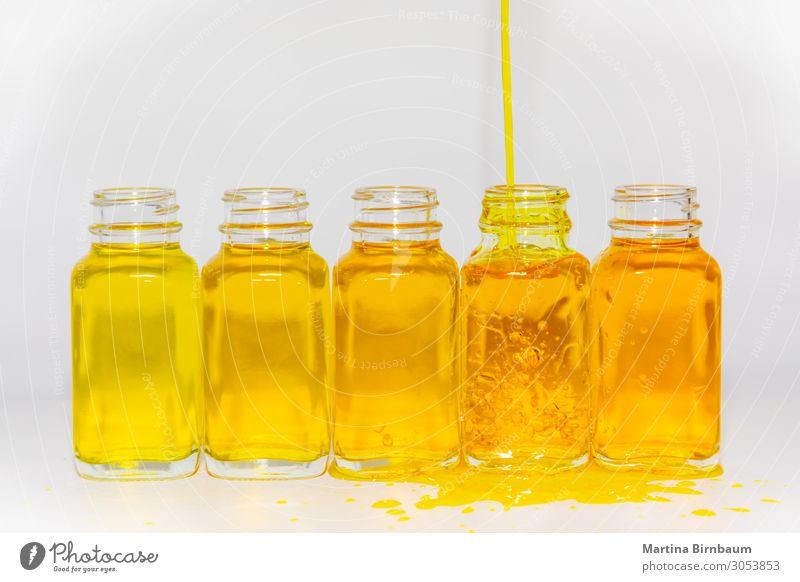 Verschiedene Farbtöne der gelben Flüssigkeit in Flaschen Frucht Diät Saft Medikament Wissenschaften Labor Industrie alt frisch lecker natürlich braun weiß Farbe