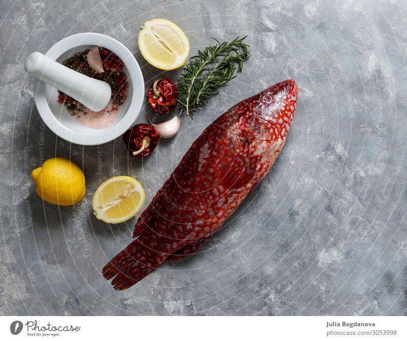 roter Fisch, Ballan-Lippfisch roh frisch und kochfertig, Draufsicht Meeresfrüchte Ernährung Essen Abendessen Diät Natur Tier Stein dunkel lecker natürlich wild