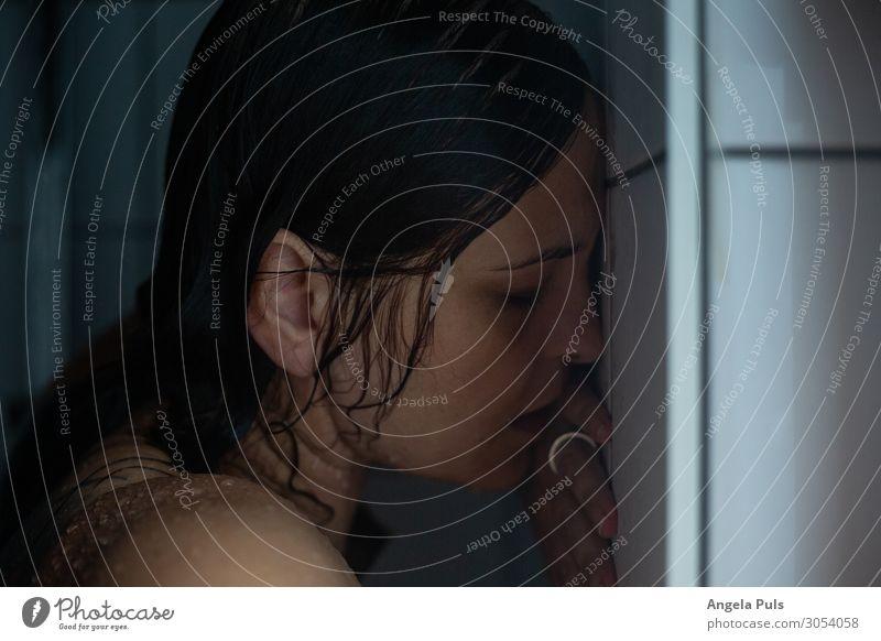 Wenn der Tag in den Abfluss fließt II Körperpflege Mensch feminin Frau Erwachsene Kopf Haare & Frisuren 1 30-45 Jahre Dusche (Installation) Reinigen Traurigkeit