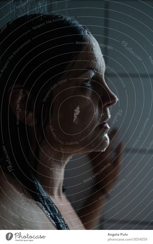 Wenn der Tag in den Abfluss fließt Körperpflege Bad Mensch feminin Frau Erwachsene Kopf 30-45 Jahre brünett Wasser Dusche (Installation) Reinigen kalt nass blau
