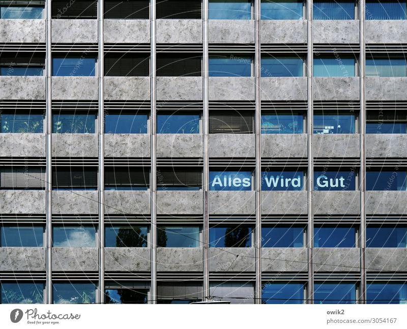Beruhigend Stadt Haus Fenster Wand Mauer oben Schriftzeichen Hochhaus Glas hoch Beton Information Hoffnung Sicherheit Gelassenheit Stadtzentrum
