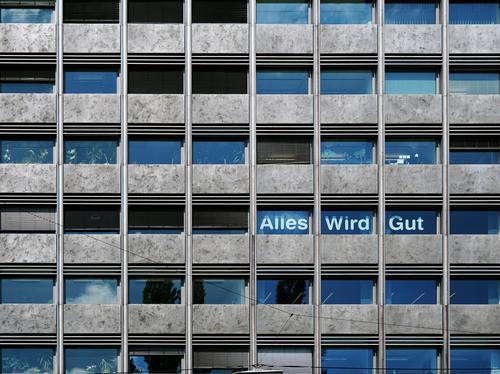 Beruhigend Wien Stadtzentrum Haus Hochhaus Mauer Wand Balkon Fenster Beton Glas Schriftzeichen hoch oben Optimismus Gelassenheit Ehrlichkeit Weisheit Hoffnung