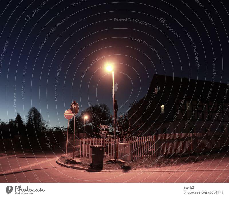 Provinzkrimi Wolkenloser Himmel Nachthimmel Horizont Sommer Schönes Wetter Baum Dorf bevölkert Haus Fenster Straße Straßenbeleuchtung Laternenpfahl Müllbehälter