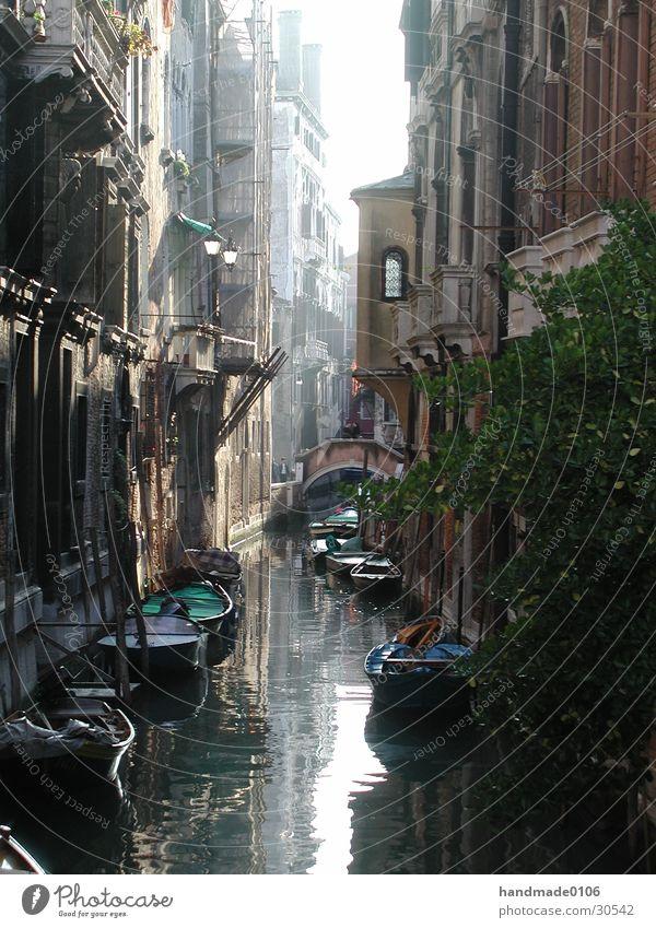 eines tages in venedig Venedig antik Wasserfahrzeug Italien Europa Gracht Zentralperspektive Gondel (Boot) alt historisch Historische Bauten Tag eng