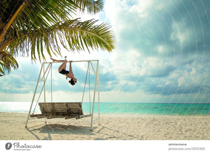 An einer Schaukel hängen Meer Palme pendeln Himmel Wolken Ferien & Urlaub & Reisen Malediven Feiertag Sand Strand Badeanzug Sonnenbrille