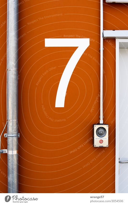Deck 7 Parkhaus Mauer Wand Tür Dachrinne Ziffern & Zahlen Schilder & Markierungen groß braun weiß Ordnung Stadt Parkdeck Etage Lichtschalter Orientierung