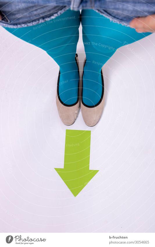 Wegweisend Frau Erwachsene Beine 1 Mensch Wege & Pfade Strumpfhose Schuhe Zeichen Pfeil beobachten gehen stehen blau grün Wandel & Veränderung Zukunft Richtung