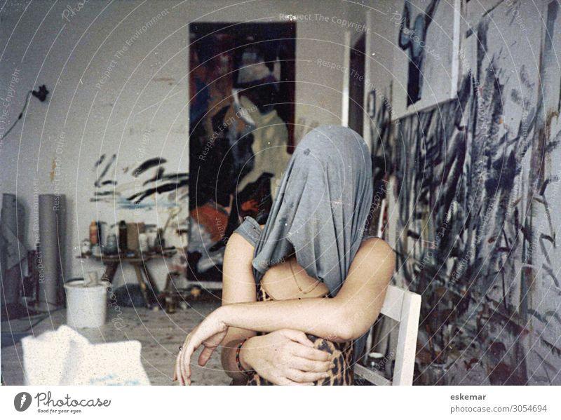 im Atelier Mensch Jugendliche Junge Frau 18-30 Jahre Erwachsene lustig feminin Kunst außergewöhnlich Häusliches Leben Wohnung wild Raum sitzen Kreativität