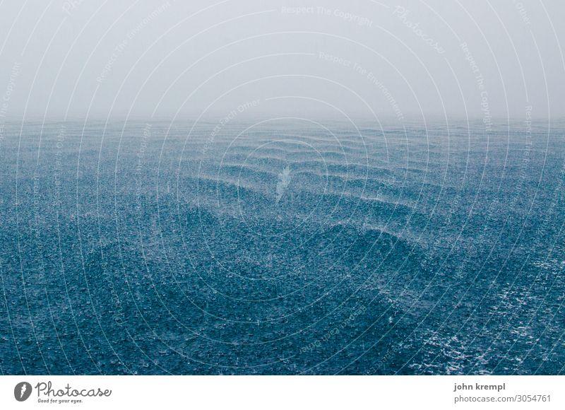 Mehr Regen auf dem Regenmeer Meer Starkregen Sturm Adria Unwetter blau Wellen Wasser Wasseroberfläche Menschenleer Außenaufnahme Küste Urelemente Farbfoto