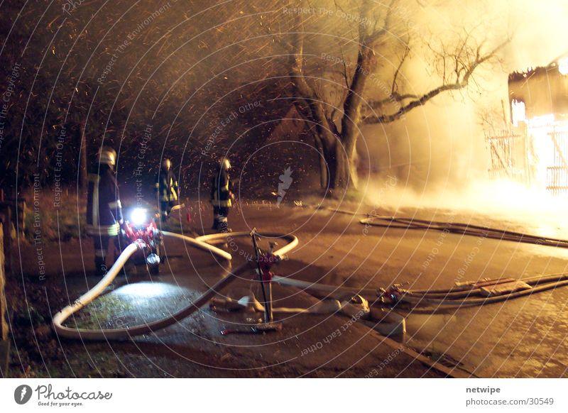 Der große Brand Bauernhof löschen Menschengruppe Feuerwehr Wasser
