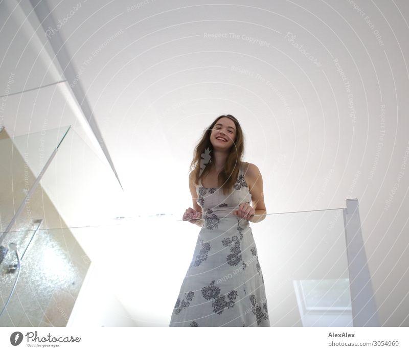 Junge Frau lehnt an einem Glasgeländer und lächelt Jugendliche Stadt schön Freude 18-30 Jahre Lifestyle Erwachsene Leben Stil Wohnung Lächeln ästhetisch stehen